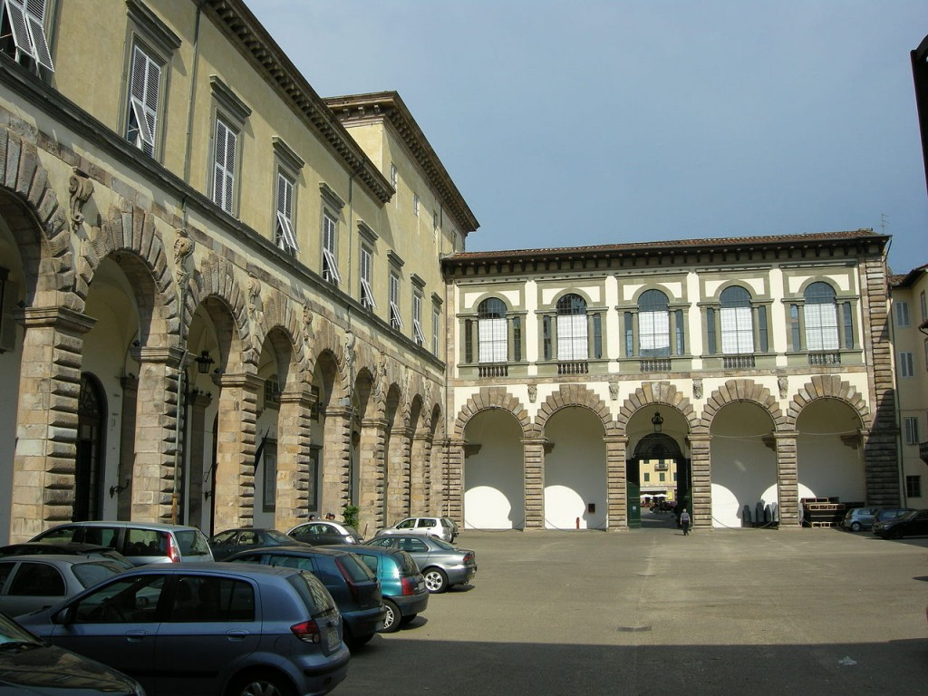 Lucca,_palazzo_ducale,_cortile_11